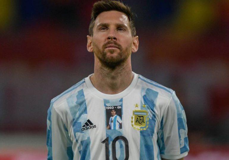 Argentina homenajea a Maradona con su rostro en la camiseta ante Chile
