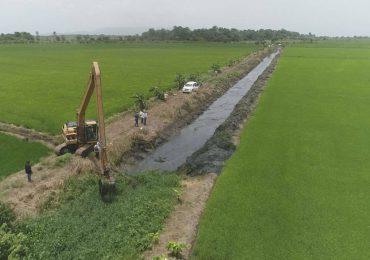 INDRHI limpia caños en el Bajo Yuna para acelerar drenaje de las aguas