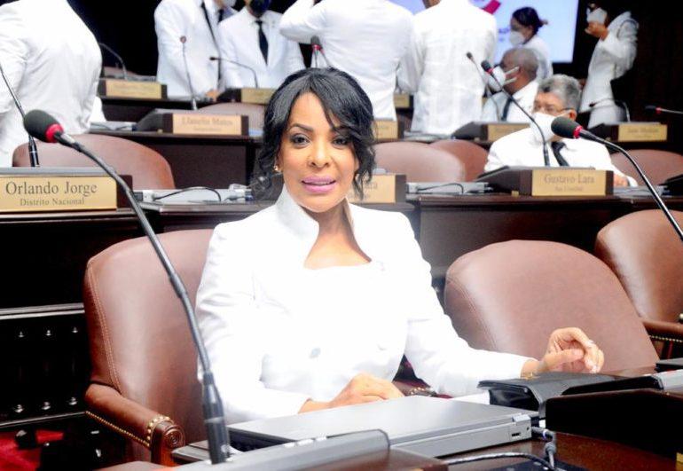 Diputada de Ultramar Lily Florentino desmiente a Julio Cesar López sobre proyecto de resolución