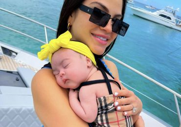 Natti Natasha disfruta de un día en alta mar junto a Vida Isabelle