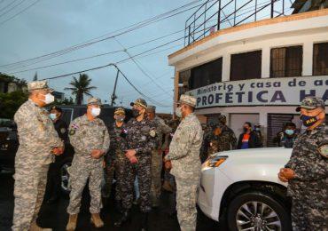 Autoridades militares y policiales recorren el GSD en verificación del cumplimiento toque del queda