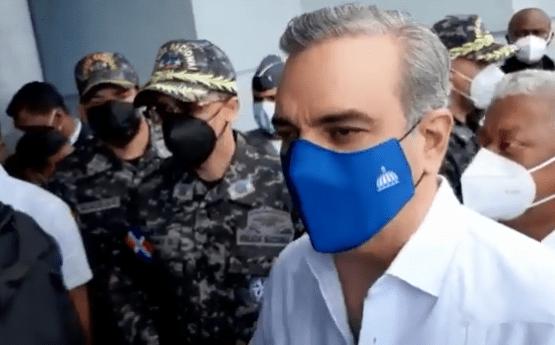 VIDEO | Presidente Abinader asiste a velatorio del policía que mataron en la ciudad de Santiago