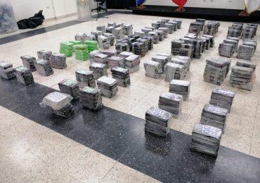 VIDEO | Buque Francés y autoridades dominicanas interceptan en alta mar lancha con 488 paquetes presunta cocaína