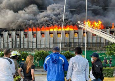 Alcaldesa Carolina Mejía presente en incendio de colchonería en el Distrito Nacional