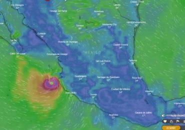 Huracán Enrique avanza en paralelo a la costa del Pacífico de México