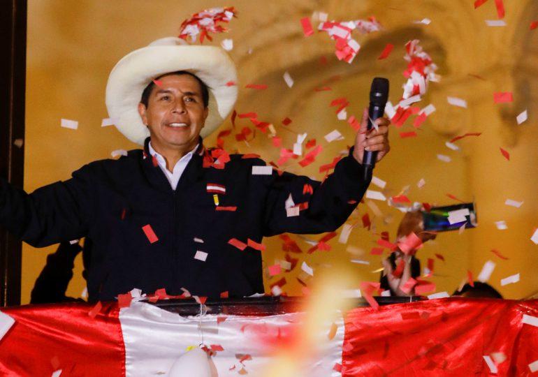 Pedro Castillo se da ganador al ampliarse su ventaja en escrutinio en Perú
