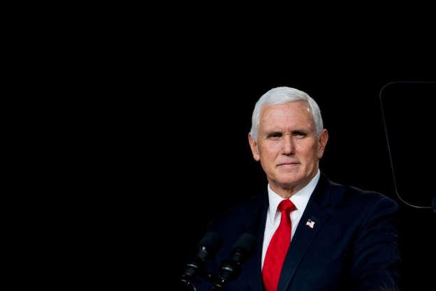 """Mike Pence es interrumpido por gritos de """"traidor"""" en un foro conservador"""