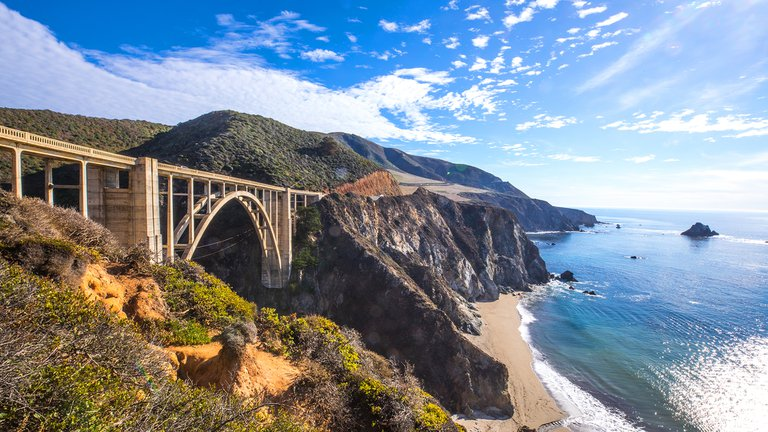 Árboles gigantes, tours cerveceros y cuevas volcánicas: tres imperdibles road trips en California