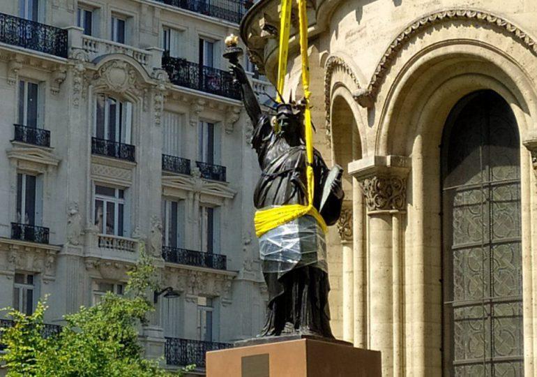 Una pequeña réplica de la estatua de la Libertad enviada de Francia a EEUU