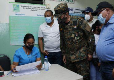 Ministro de Defensa supervisa dispositivos de seguridad en Centros de Vacunación SDO
