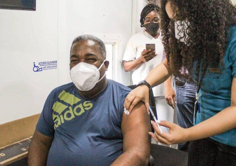 Tony Peña se vacuna contra el COVID-19 e insta al pueblo a vacunarse