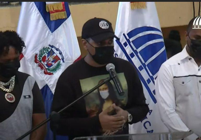 Alofoque, Ramón Tolentino y Topo Point van a Cristo Rey y entregan armas