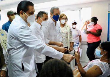 Abinader visita centros de vacunación en Haina