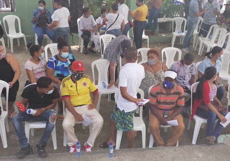 Decenas de personas acuden a vacunarse a la Policlínica Elías Piñeiro