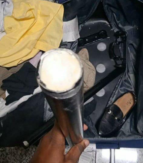 Incautan más de un kilo de presunta droga entre los tubos de una maleta en el AILA