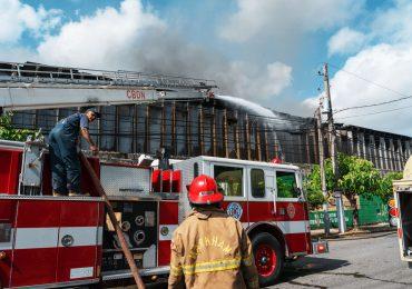 Bomberos del DN informa está controlado el incendio en Ensanche La Fe