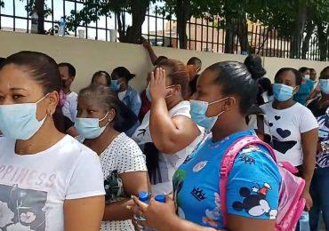 """Ciudadanos hacen largas filas para retirar tarjeta """"supérate"""""""