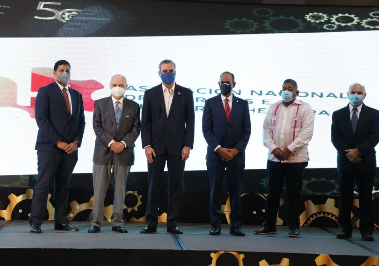 Abinader reitera apoyo al empresariado industrial que invierte y genera empleos