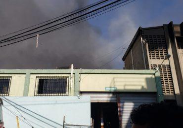 VIDEO | Autoridades informan incendio que afectó colchonería está 75% controlado