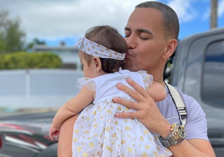 Víctor Manuelle llora mientras escucha un bolero junto a su nieta