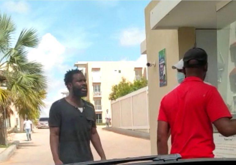 VIDEO | Hombre intenta entrar a la fuerza a residencial en Ciudad Juan Bosch, agrede físicamente al seguridad