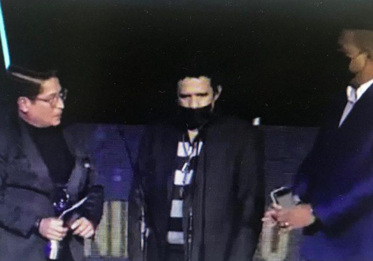 Hombre irrumpe en escenario de Premios Soberano sin ser invitado