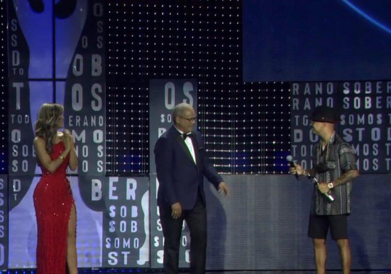 El atípico atuendo de Ozuna para recibir el premio Soberano Solidario