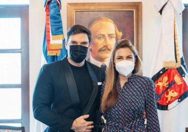 Alcaldesa Carolina Mejía recibe en su despacho al actor Julián Gil