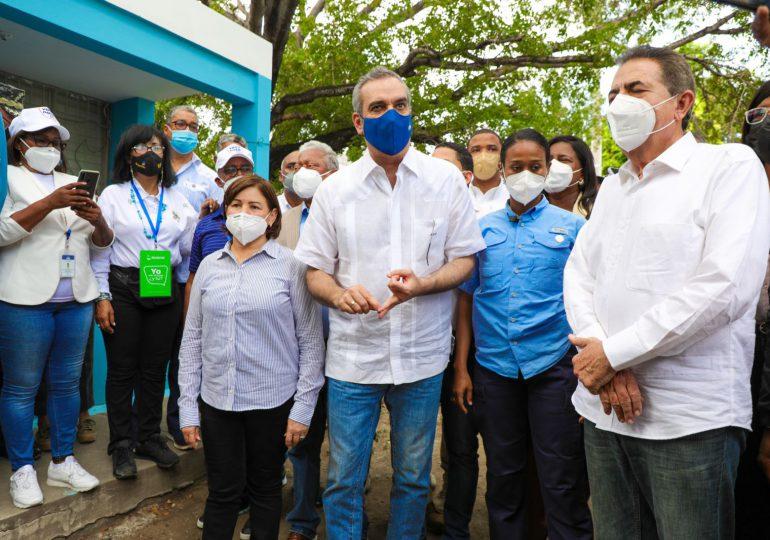 Abinader visita centro de vacunación en Baní, motiva moradores a vacunarse