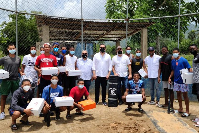 Viceministro de la Presidencia entrega artículos deportivos durante visita a Bonao y Moca