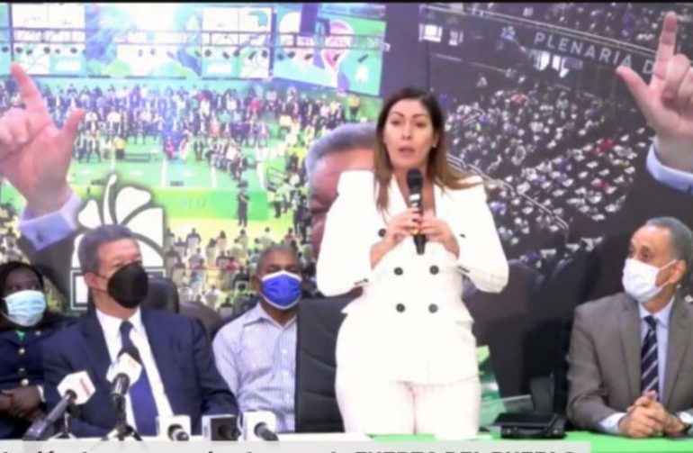 Leonel Fernández juramenta en la Fuerza del Pueblo a diputada Josefa Mejía
