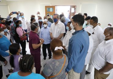 Presidente Abinader supervisa vacunación en Hospital de Pedernales