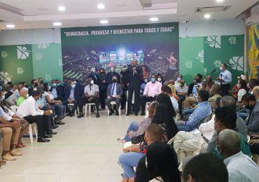 Leonel Fernández juramenta en la Fuerza del Pueblo a decenas de deportistas