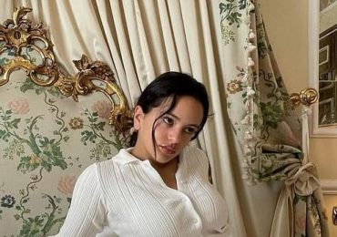 Rosalía modela cartera diseñada con partes íntimas