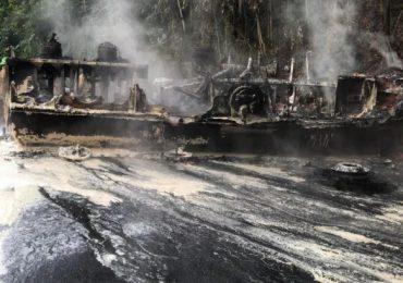 Reportan una persona muerta al incendiarse camión de combustible en autopista Duarte