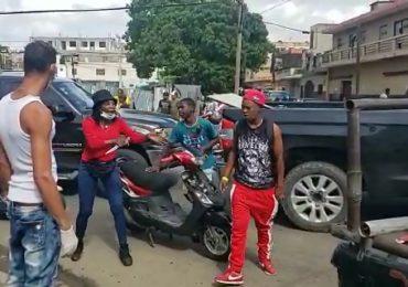 VIDEO | Haitiana con cuchillo en mano y en plena calle amenaza a su pareja por celos