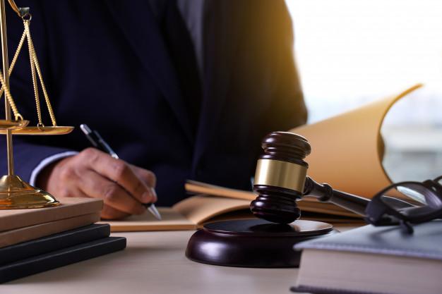 """Juez ordena a pareja pagarle a su hijo 45,000 dólares por deshacerse de su """"tesoro pornográfico y juguetes sexuales"""""""