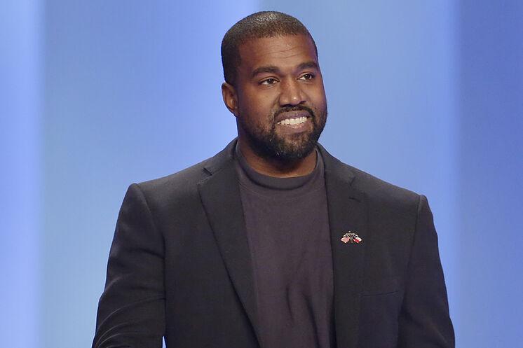 Kanye West demanda a Walmart por supuesto plagio de sus zapatillas