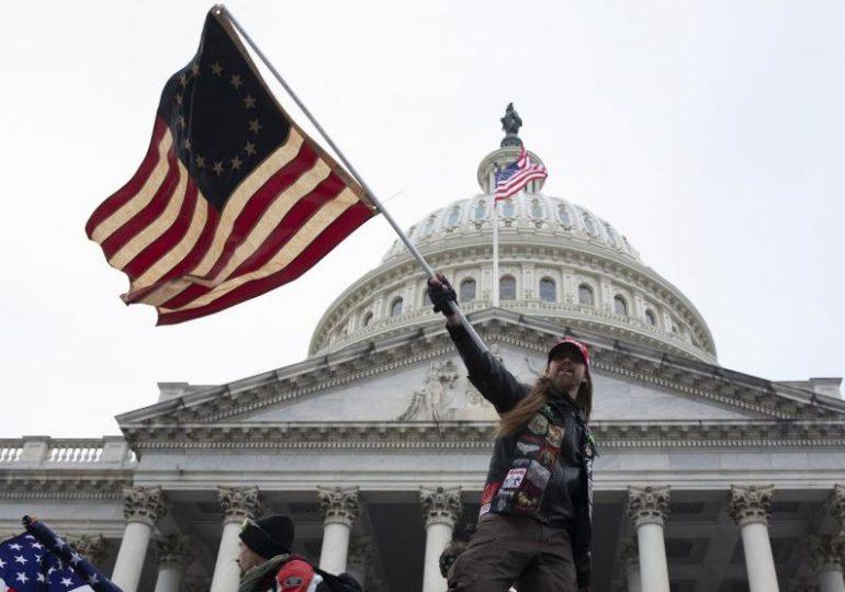 Primera invasora del Capitolio de EEUU en ser juzgada se salva de la cárcel