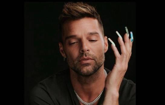 Ricky Martin se pone uñas y se desahoga por críticas a fotos junto a su esposo