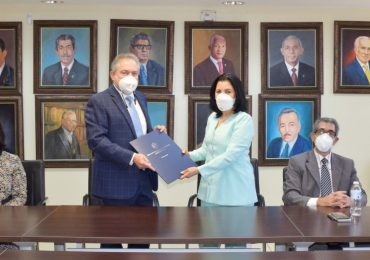 Los Hidalgos y la UASD firman acuerdo en favor de estudiantes de Farmacia