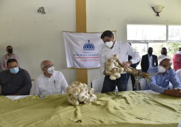 VIDEO | Gobierno firma acuerdo con productores de ajo de Constanza para su comercialización