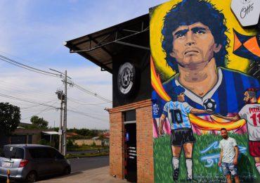 Un gran mural de Maradona en Paraguay, homenaje de un fan futbolista y tatuador