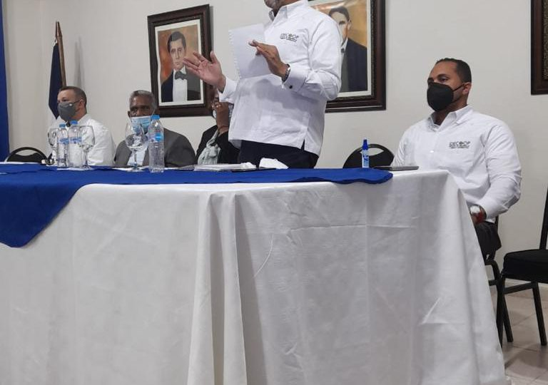 Ejecutivos de IDECOOP trabajan en Pedernales constituyendo nuevas cooperativas