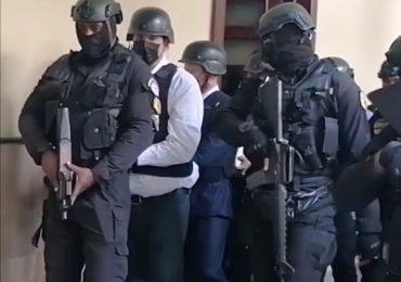 Ex procurador Jean Alain Rodríguez evita contacto con las cámaras