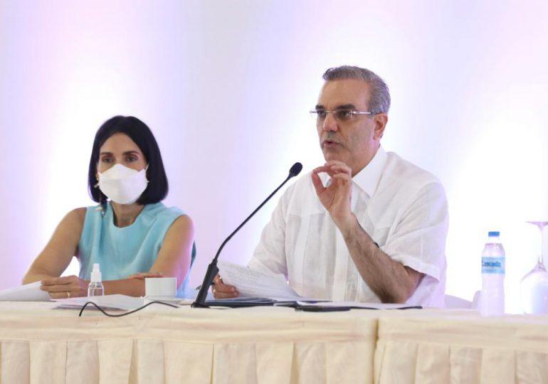 Abinader realiza encuentro con juntas de vecinos en Constanza, ordena obras solicitadas