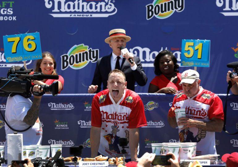 Joey Chestnut gana récord después de comer 76 hotdogs en 10 minutos