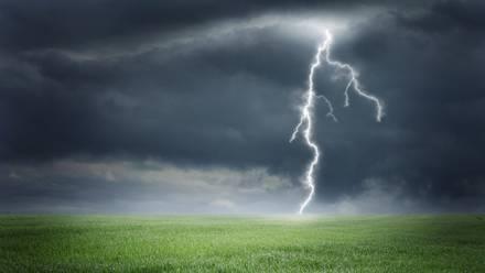 Logran crear rayo artificial lanzando a nube de tormenta un cohete con cable de cobre