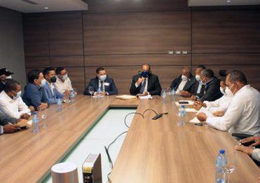 Ministro de Obras Públicas recibe alcaldes de Azua