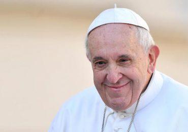 El papa empezó a caminar tras su operación de colon